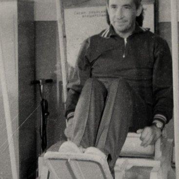 Лётчик-космонавт СССР К.П. Феоктистов во время проверки вестибулярной устойчивости.
