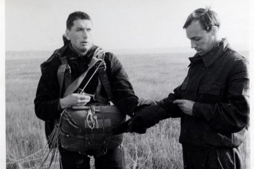 Лётчик-космонавт СССР Б.Б. Егоров после прыжка с парашютом.