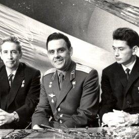 Члены экипажа космического корабля «Восход» во время выступления по Центральному телевидению.