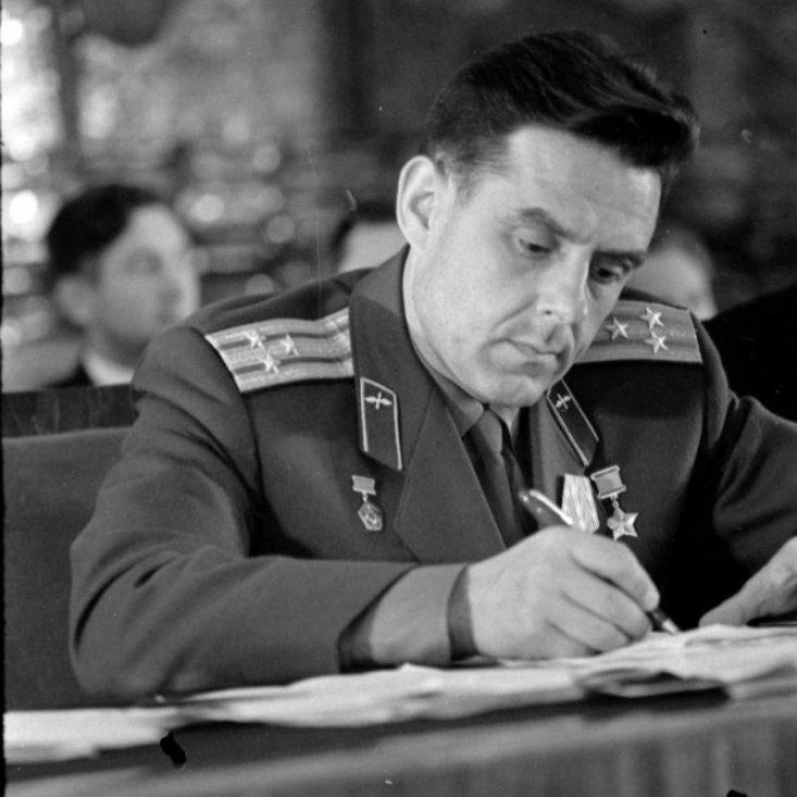Лётчик-космонавт СССР В.М. Комаров