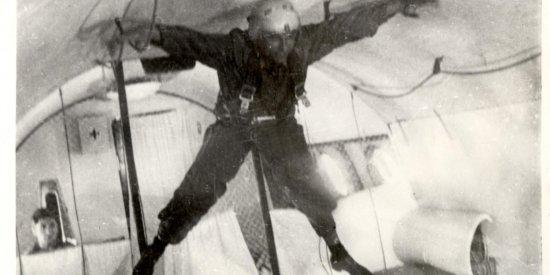 Лётчик-космонавт СССР В.М. Комаров во время тренировки в самолёте-лаборатории в условиях кратковременной невесомости.