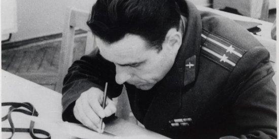 Лётчик-космонавт СССР В.М. Комаров на занятиях в Центре подготовки космонавтов.