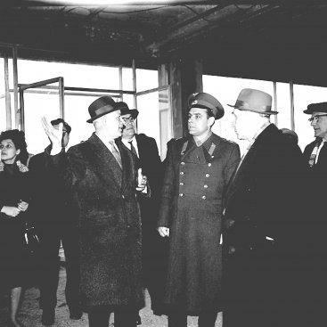 Лётчик-космонавт СССР В.М. Комаров и сопровождающие его лица осматривают строящееся здание Государственного музея К.Э. Циолковского.