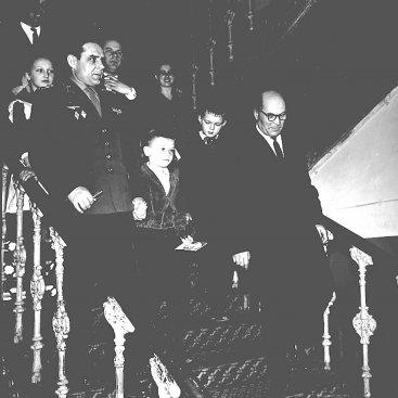 Лётчик-космонавт СССР В.М. Комаров во время посещения школы № 9 им. К.Э. Циолковского.
