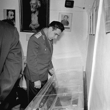 Лётчик-космонавт СССР В.М. Комаров знакомится с экспозицией Дома-музея К.Э. Циолковского.