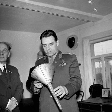 Лётчик-космонавт СССР В.М. Комаров знакомится с экспозицией кабинета К.Э. Циолковского во время экскурсии по дому-музею учёного.