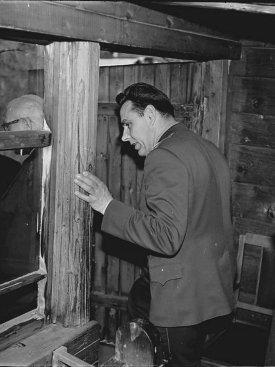 Лётчик-космонавт СССР  В.М. Комаров на веранде-мастерской К.Э. Циолковского во время экскурсии по Дому-музею учёного.