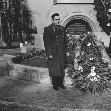 Лётчик-космонавт СССР В.М. Комаров в парке им. К.Э. Циолковского после возложения цветов на могилу учёного.