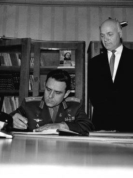 Лётчик-космонавт СССР В.М. Комаров оставляет запись в книге почётных посетителей музея после экскурсии по Дому-музею К.Э. Циолковского.