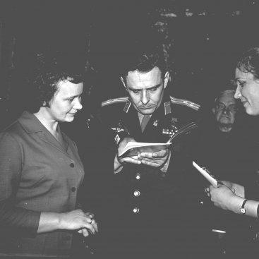 Лётчик-космонавт СССР В.М. Комаров даёт автографы калужанам после Торжественного заседания, посвящённого Дню космонавтики.