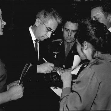 Лётчик-космонавт СССР К.П. Феоктистов даёт автографы калужанам после Торжественного заседания, посвящённого Дню космонавтики.