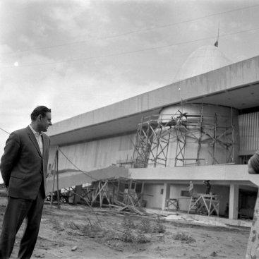 Лётчик-космонавт СССР В.М. Комаров возле строящегося здания Государственного музея К.Э. Циолковского.