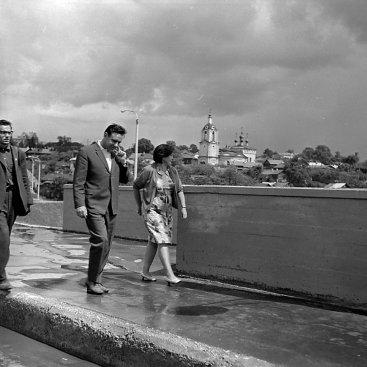Лётчик-космонавт СССР В.М. Комаров на мосту через р. Оку.