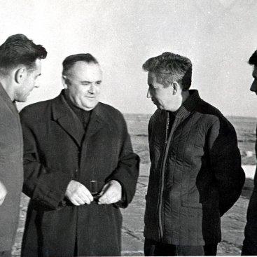 Главный конструктор С.П. Королёв с экипажем космического корабля «Восход» перед полётом.