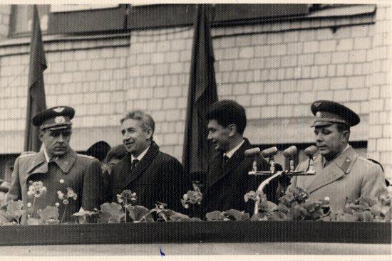 Лётчик-космонавт СССР Ю.А. Гагарин выступает на митинге, посвящённом встрече экипажа космического корабля «Восход» после возвращения из полёта.