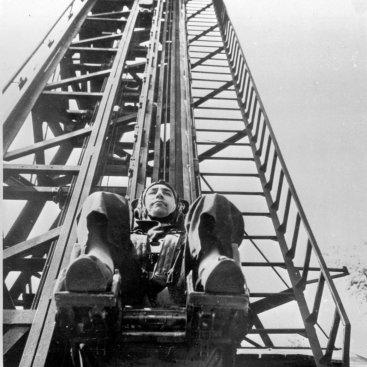 Лётчик-космонавт СССР К.П. Феоктистов во время тренировки на катапульте.