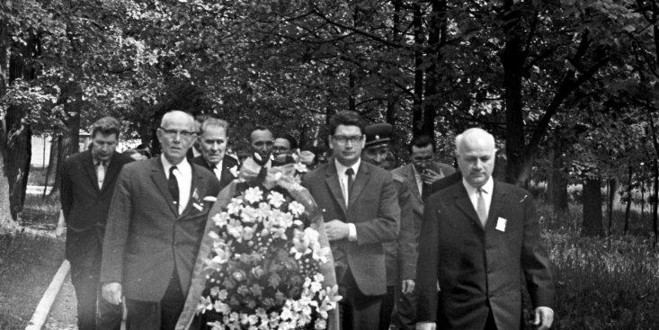 Возложение венков на могилу К.Э. Циолковского от лётчика-космонавта СССР Б.Б. Егорова и участников 3-ей Всесоюзной конференции по авиакосмической медицине.
