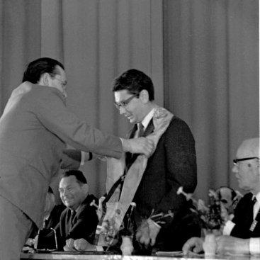Вручение диплома и ленты почётного гражданина Калуги лётчику-космонавту СССР Б.Б. Егорову.