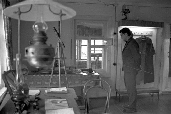 Лётчик-космонавт СССР Б.Б. Егоров и участники 3-й Всесоюзной конференции по авиакосмической медицине в кабинете Циолковского в Доме-музее К.Э. Циолковского.