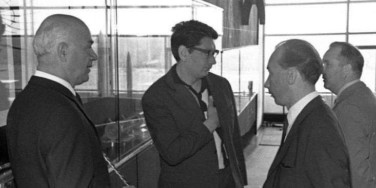 Лётчик-космонавт СССР Б.Б. Егоров и сопровождающие его лица в зале ракетной техники Государственного музея истории космонавтики им. К.Э. Циолковского.