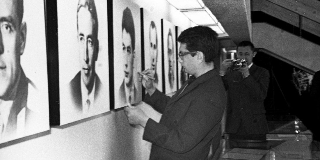 Лётчик-космонавт СССР Б.Б. Егоров оставляет автограф на своём портрете во время посещения Государственного музея истории космонавтики.