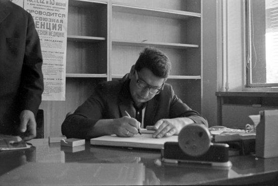 Лётчик-космонавт СССР Б.Б. Егоров делает запись в Книге Почётных посетителей Государственного музея истории космонавтики им. К.Э. Циолковского.