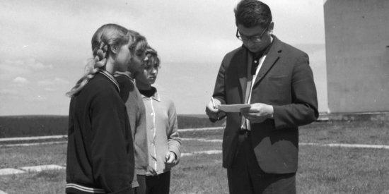 Лётчик-космонавт СССР Б.Б. Егоров даёт автографы у здания музея истории космонавтики им. К.Э. Циолковского.