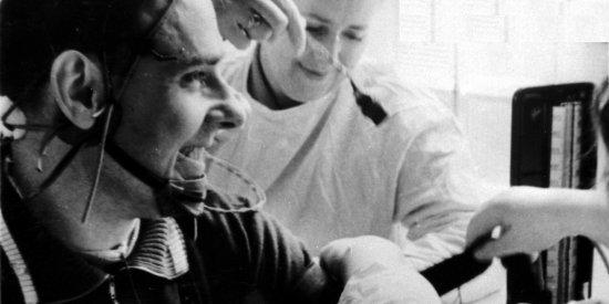 Проверка артериального давления у лётчика-космонавта СССР В.М. Комарова после тренировки на центрифуге.