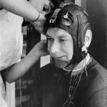 Лётчик-космонавт СССР Б.Б. Егоров перед тренировкой на центрифуге.