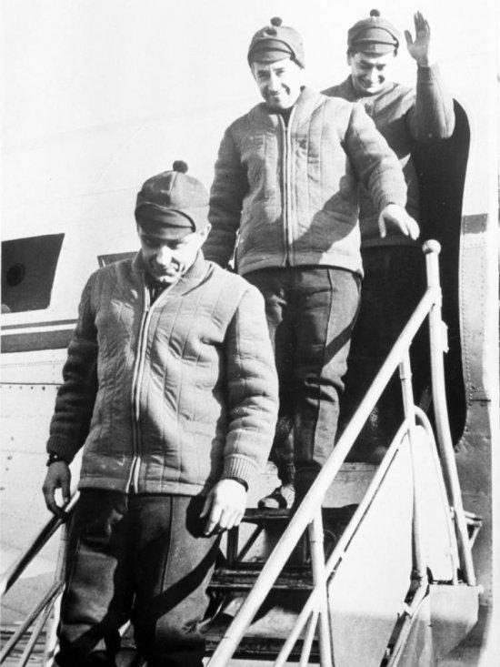 Прибытие экипажа космического корабля «Восход» в г. Кустанай после успешного завершения космического полёта.