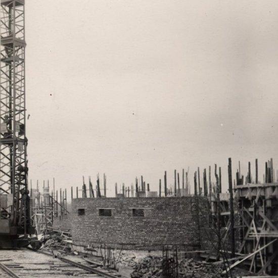 Кладка стен здания музея. На снимке справа — нижняя часть стены планетария.