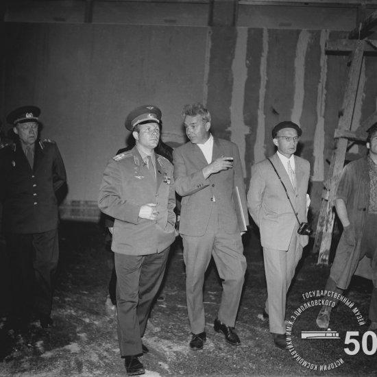 Летчик-космонавт СССР Ю.А. Гагарин беседует с И.С. Короченцевым во время осмотра строящегося здания Государственного музея К.Э. Циолковского