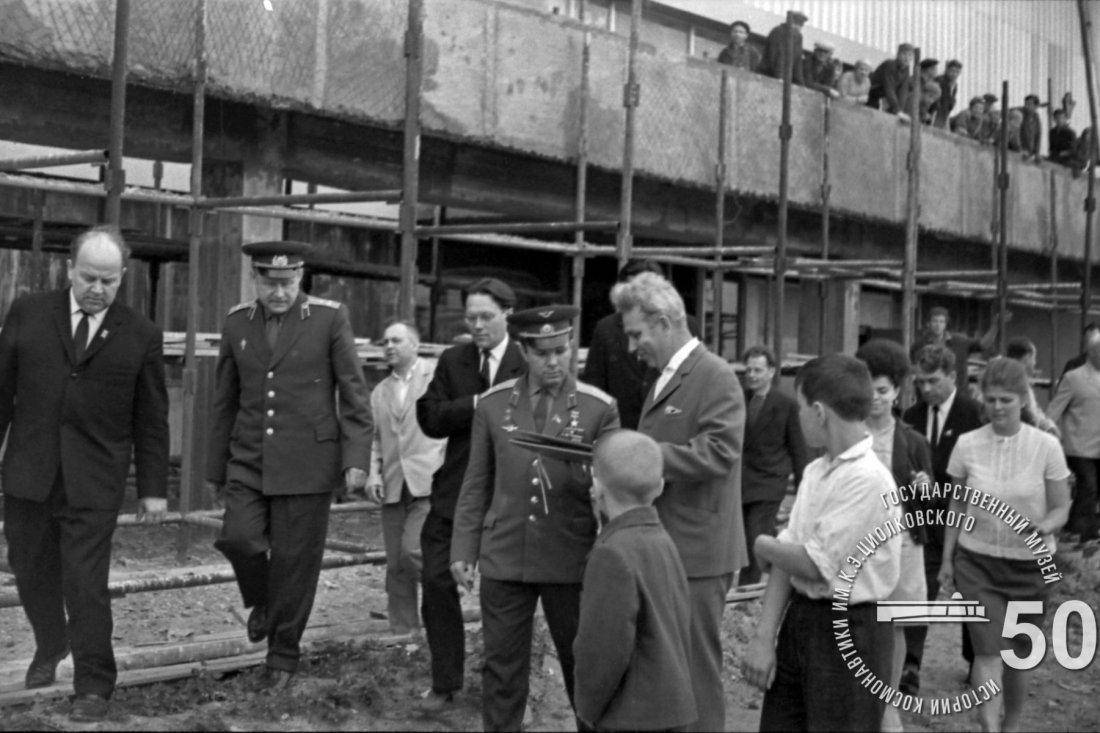 Летчик-космонавт СССР Ю.А. Гагарин и сопровождающие его лица на стройплощадке Государственного музея К.Э. Циолковского