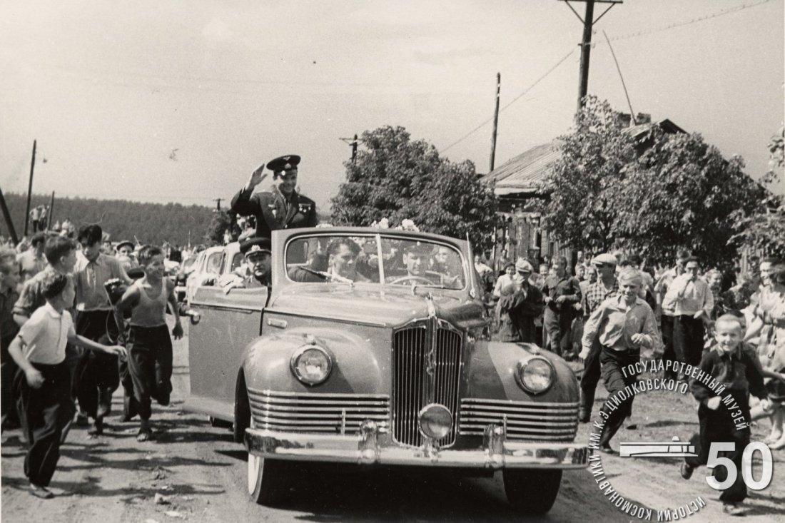 Юные калужане приветствуют летчика-космонавта СССР Гагарина Ю.А. после митинга, посвященного закладке первого камня в фундамент здания Государственного музея К.Э. Циолковского