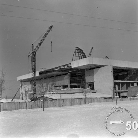 Строительная площадка Государственного музея К.Э. Циолковского. Монтаж купола планетария. Вид с юго-восточной стороны