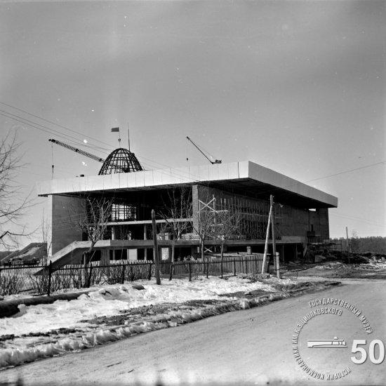 Строительная площадка Государственного музея К.Э. Циолковского. Монтаж купола планетария. Вид с северо-восточной стороны
