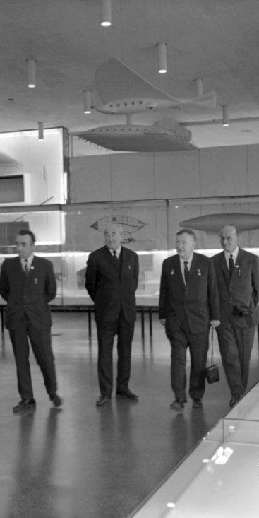 Профессор М.К. Тихонравов и сопровождающие его лица в зале научной биографии К.Э. Циолковского в музее истории космонавтики.