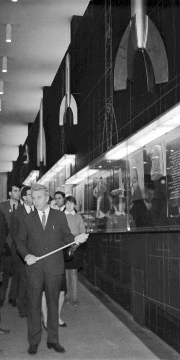 Академик Б.Н. Петров и сопровождающие его лица у витрины «Развитие ракетной техники в СССР с 1917 г. по 1945 г.»