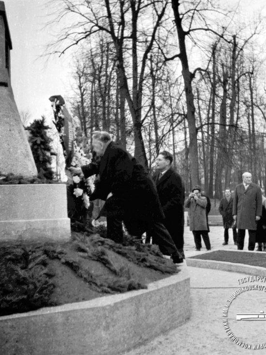 Академик Б.Н. Петров и профессор М.К. Тихонравов возлагают венок на могилу К.Э. Циолковского.