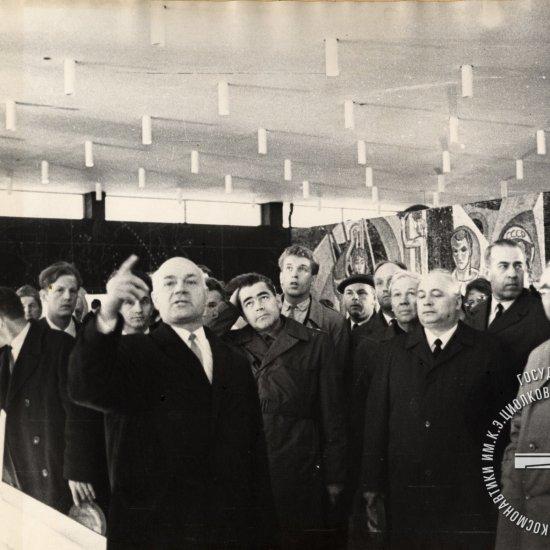Директор музея Скрипкин А.Т. знакомит посетителей с экспозицией зала научной биографии К.Э. Циолковского