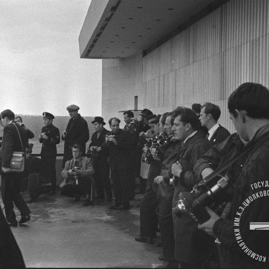 Группа фотокорреспондентов и представителей прессы ожидает начала митинга, посвященного открытию музея