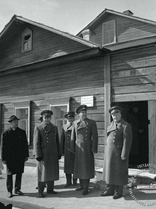 Летчик-космонавт А.С. Елисеев с делегацией во время посещения дома музея К.Э. Циолковского.