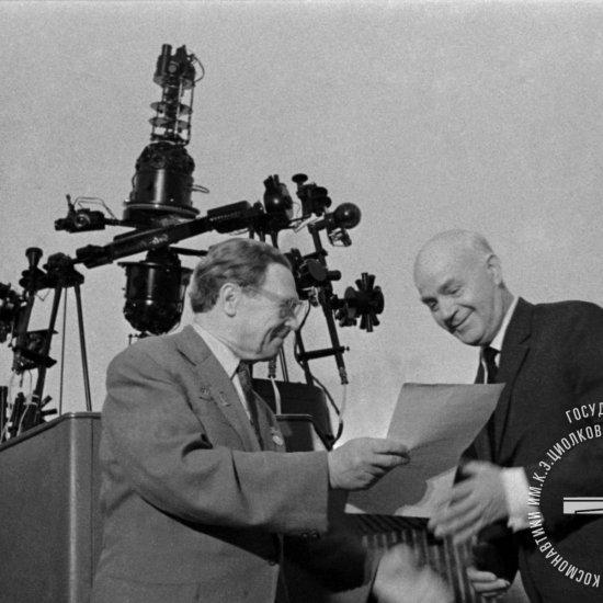 В.Н. Галковский, ветеран ракетной техники, вручает грамоту директору ГМИК А.Т. Скрипкину.