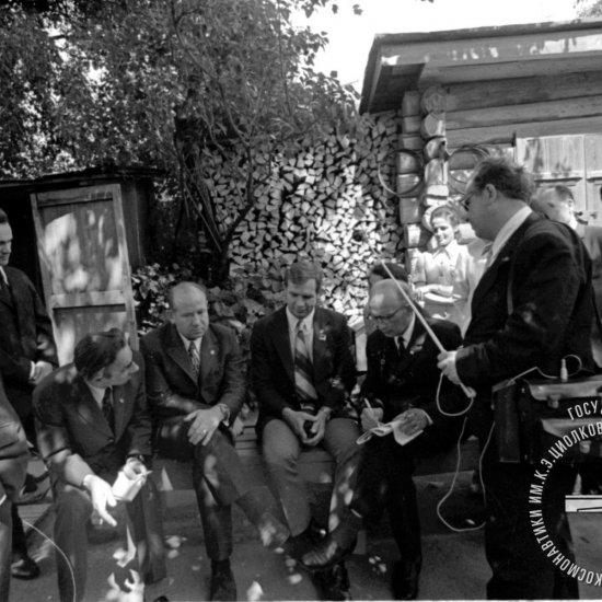 Летчик-космонавт СССР А.А. Леонов и астронавт США  Д. Скотт отвечают на вопросы корреспондента ТАСС Н.П. Александрова в саду Дома-музея.