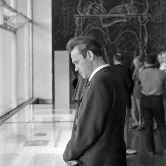 Летчик-космонавт СССР В.А. Джанибеков в зале научной биографии ученого в ГМИК им. К.Э. Циолковского.