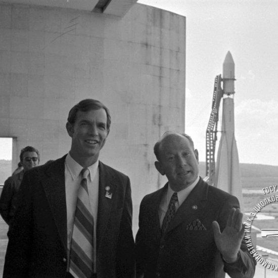 Летчик-космонавт СССР А.А. Леонов и астронавт США  Д. Скотт на балконе музея.