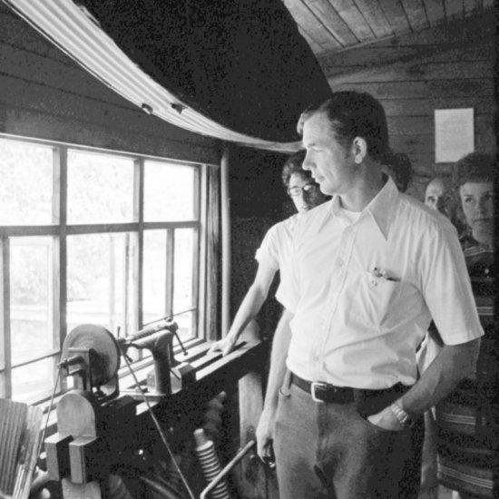 Астронавт США Д. Скотт осматривает экспозицию на веранде Дома-музея К.Э. Циолковского.