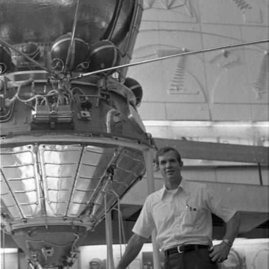 Астронавт США Д. Скотт у космического корабля «Восток» в зале ракетной техники ГМИК.