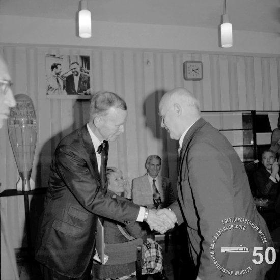 Директор ГМИК А.Т. Скрипкин вручает Ф. Дюранту, заместителю директора Национального музея авиации и астронавтики в г. Вашингтоне, нагрудный знак «За активную пропаганду достижений космонавтики, идей К.Э. Циолковского».