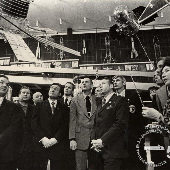 Советские космонавты и американские астронавты, участники программы «ЭПАС», знакомятся с экспозицией зала ракетной техники в Государственном музее истории космонавтики им. К.Э. Циолковского.